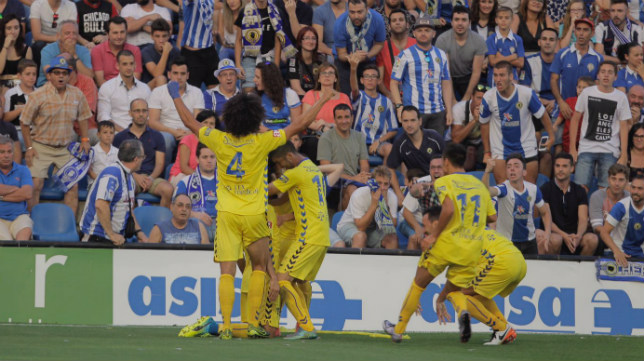 Aridane y varios jugadores del Cádiz CF celebran el gol de Güiza en Alicante