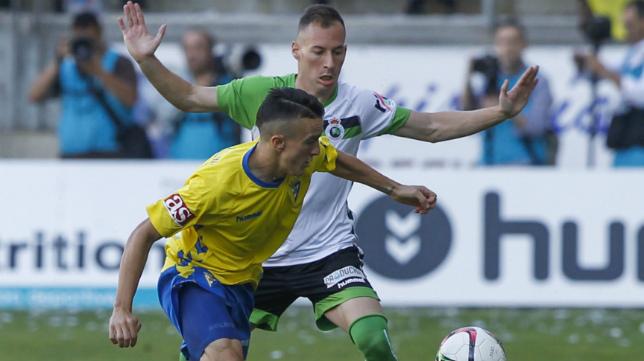Salvi y Migue García, en el partido entre Cádiz y Racing de Santander en el Ramón de Carranza.