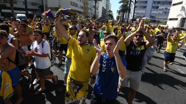 Los seguidores del Cádiz CF, antes del duelo ante el Hércules en el Carranza