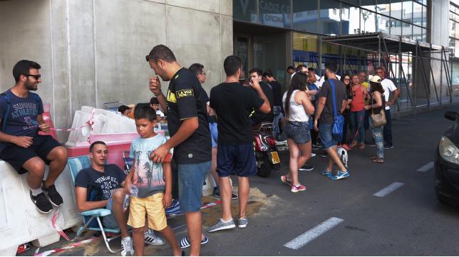 Aficionados del Cádiz CF hacen cola en Carranza