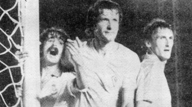 Manolo Preciado (izquierda) forcejea con el eslovaco del Cádiz Gallis en un Cádiz 1-0 Racing de 1981