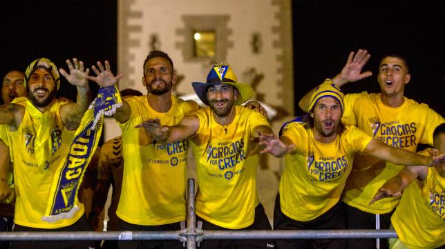 Los futbolistas del Cádiz CF, con Juanjo en la imagen, celebran el ascenso a Segunda.