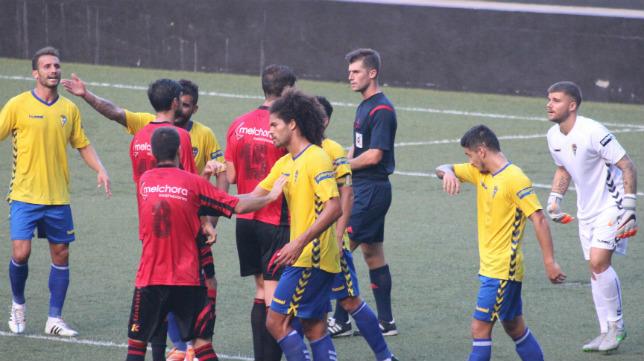 Moreno Aragón no tuvo un partido fácil cuando pitó al Cádiz CF ante el Mensajero.