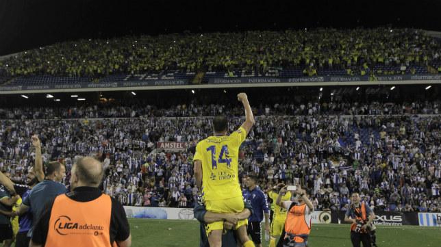 Ranko Despotovic celebra con la afición el ascenso.