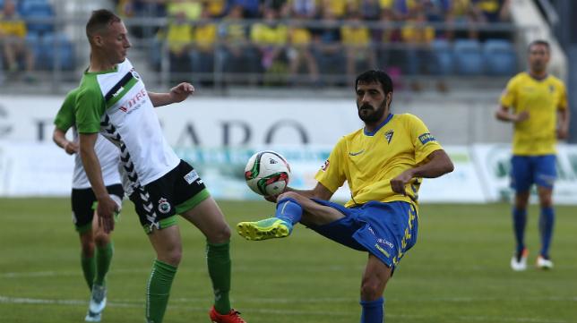 Güiza toca el balón ante la presencia de Migue García.