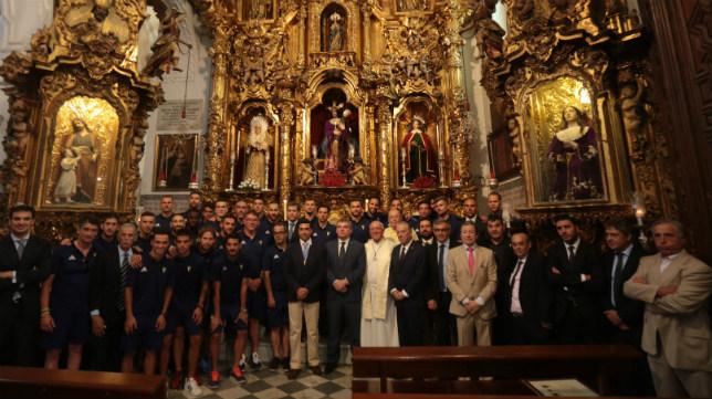 El Cádiz CF durante una ofrenda floral al Nazareno en los últimos años.