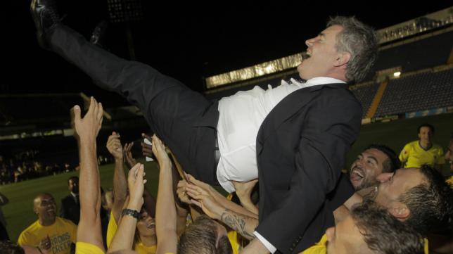 Manuel Vizcaíno fue manteado por sus jugadores tras el ascenso en Alicante.