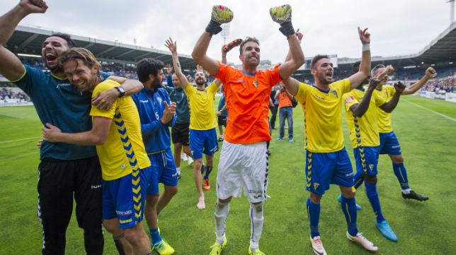 Los futbolistas del Cádiz CF celebran el pase en Santander.