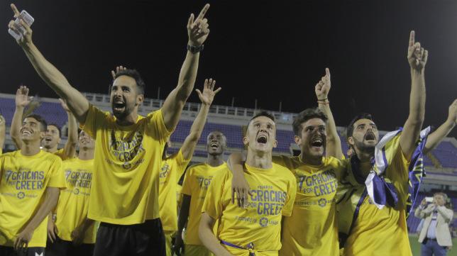 Los futbolistas celebran el ascenso.
