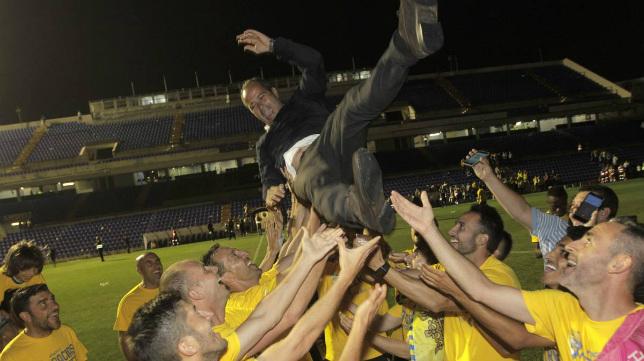 Cervera es manteado por la plantilla tras conseguir el ascenso en el Rico Pérez de Alicante.