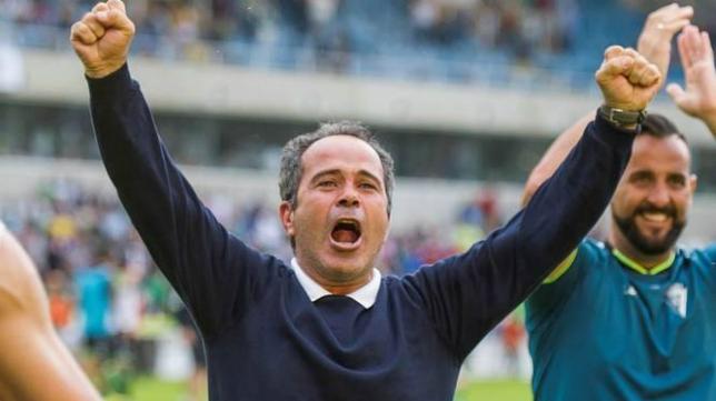 Álvaro Cervera celebra el triunfo del Cádiz en Santander