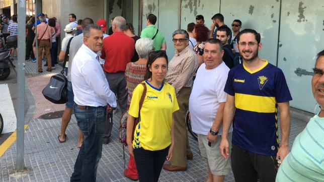Colas de los aficionados del Cádiz CF en el Carranza.