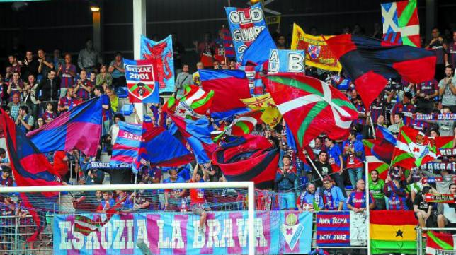 Miembros de la peña eibarresa Eskozia La Brava animarán al Cádiz CF en Santander. Foto: El Diario Vasco