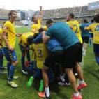 Los jugadores del Cádiz CF celebran el golazo de Calvo.