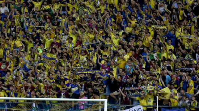 La afición del Cádiz CF animando en Carranza