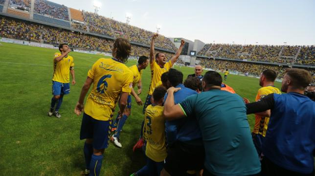 Los jugadores del Cádiz celebran el gol de Carlos Calvo
