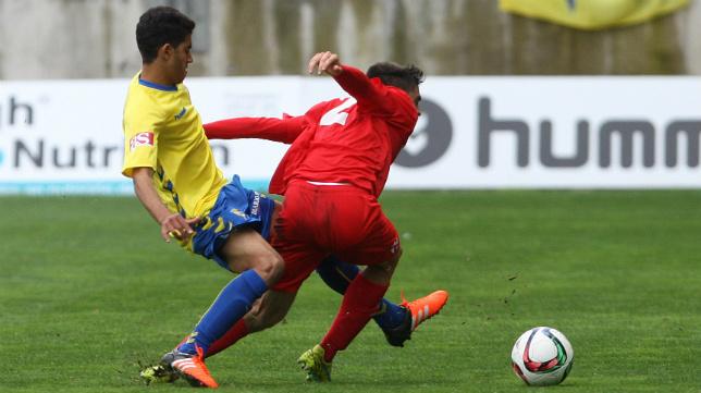 Kalou comete la falta que le costó la expulsión ante el Sevilla Atlético.