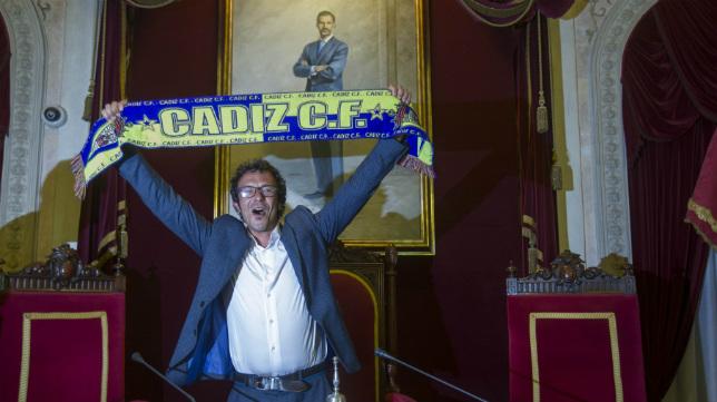 José María González, alcalde de Cádiz, con la bufanda de su equipo.
