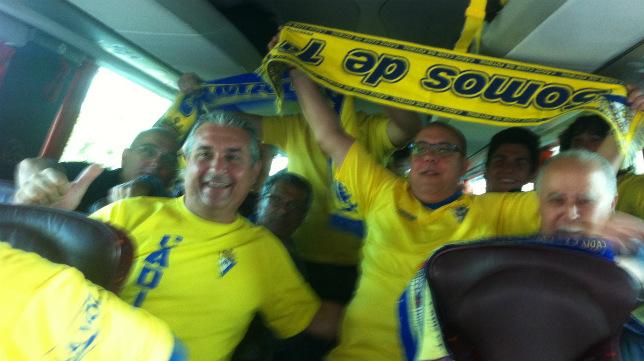 Aficionados del Cádiz CF, antes de partir hacia Ferrol.