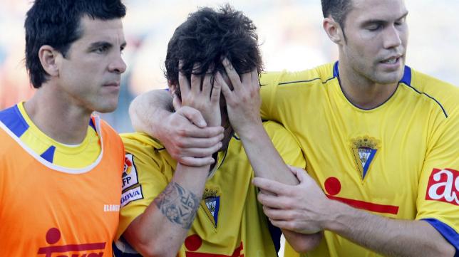 Nano (derecha) y Koke Contreras (izquierda) tratan de consolar a Abraham Paz (centro) tras fallar el penalti en Alicante
