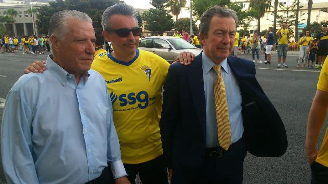 El presidente de honor del Cádiz CF, Juan José Pina, con los directivos Miguel Cuesta y Luis Sánchez Grimaldi.