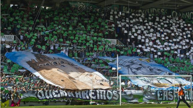 El tifo y el mosaico con los que la afición del Racing de Santander recibía a su equipo en el partido ante el Reus.
