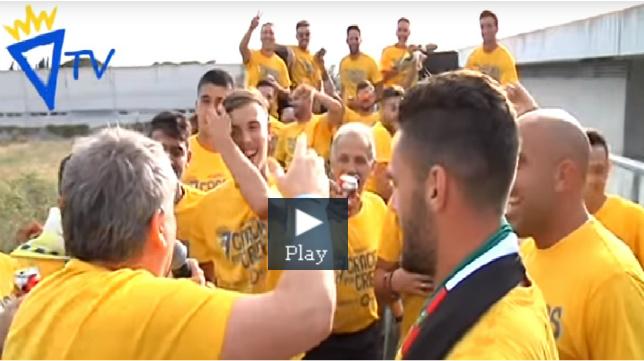 Manolo Vizcaíno con los jugadores dentro del autobús