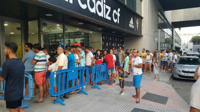 Colas de aficionados cadistas en la nueva tienda del Cádiz CF