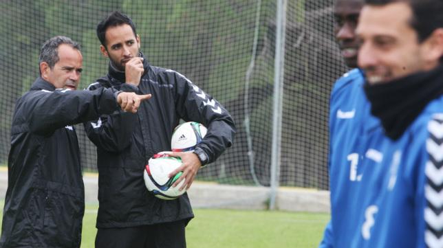 Álvaro Cervera, junto a Andrés Blanco, en un entrenamiento del Cádiz CF.