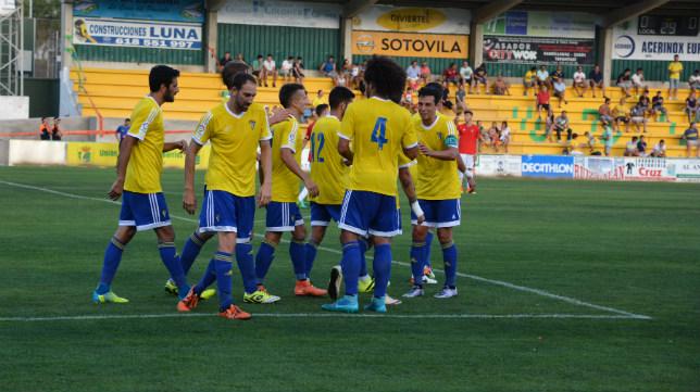 Los jugadores del Cádiz CF celebran el gol de Güiza. CCF