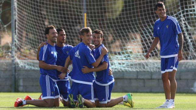 Zafra, con botas amarillas, hace piña junto a Hugo, Migue y un canterano bajo la presencia de Nico Hidalgo.