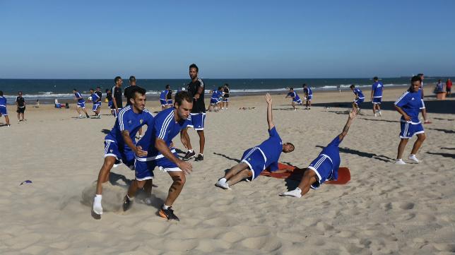 Los jugadores del Cádiz CF cambiaron El Rosal por la playa durante una mañana.