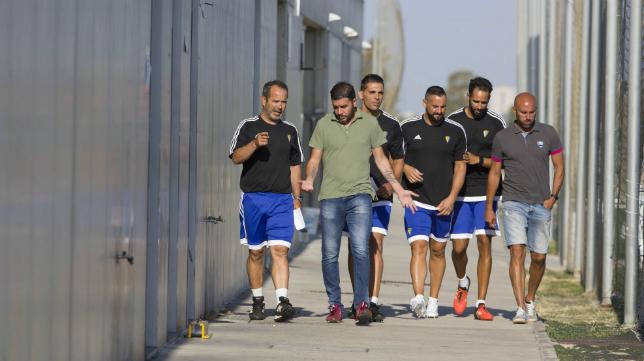 Cervera, junto a sus ayudantes, conversa con Enrique sobre su idea de lo que será el Cádiz CF 16/17.