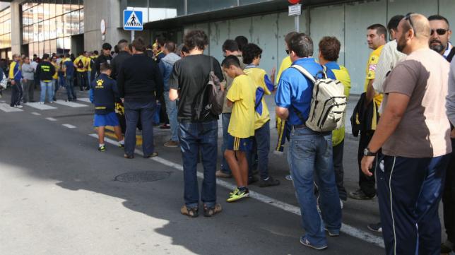 Los aficionados hacen cola en Carranza para renovar su abono.