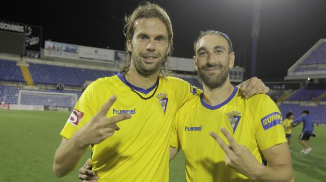 David Sánchez y Juanjo celebran el ascenso en Alicante.