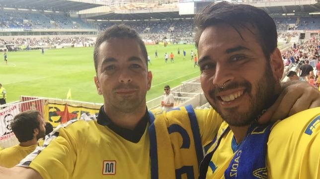 Algunos de los fundadores de la peña Pulpo Amarillo acudieron al Sardinero en el 'play off'