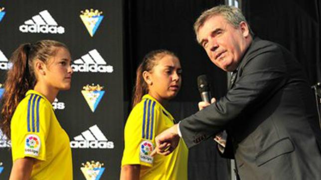 Manuel Vizcaíno en la presentación de las camisetas de la temporada pasada.