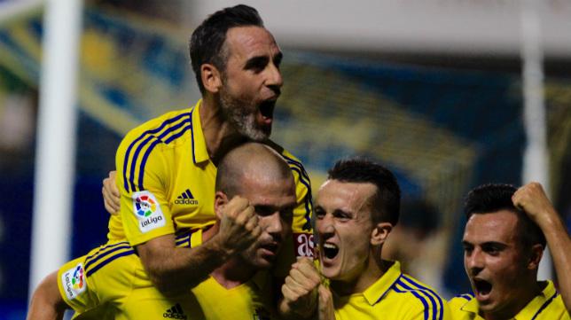 Abel celebra el gol de Ortuño.