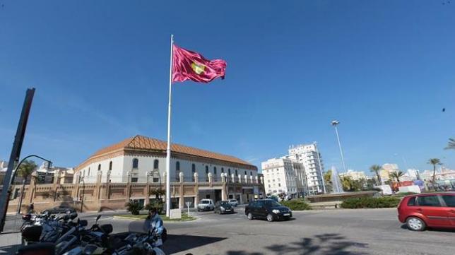 La bandera de la ciudad de Cádiz en la Plaza de Sevilla