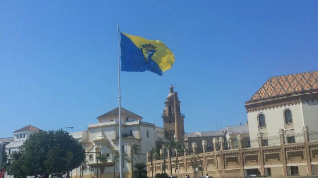 La bandera del Cádiz CF ya luce en la Plaza de Sevilla de la capital gaditana