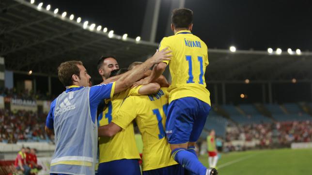 Los jugadores del Cádiz CF celebran el gol de Ortuño.