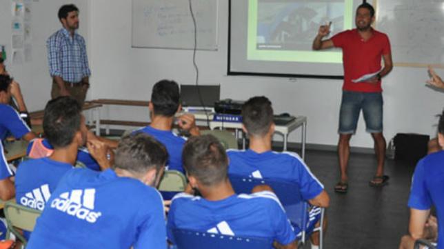 Los jugadores del Cádiz CF atendieron a las explicaciones.