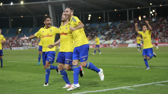 Ortuño celebra el gol en Almería con sus compañeros en el debut de la temporada pasada.