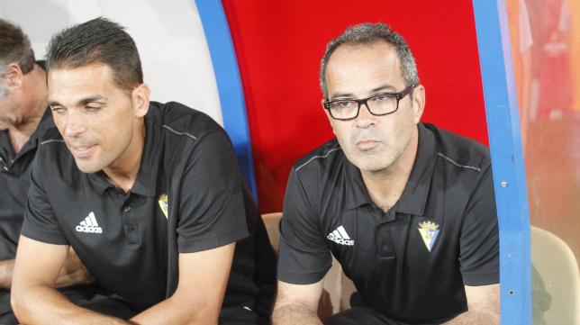 Álvaro Cervera y su segundo Roberto Perera, en el banquillo