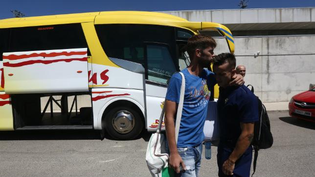 David Sánchez se despide de Salvi poco antes de partir el equipo hacia Almería.