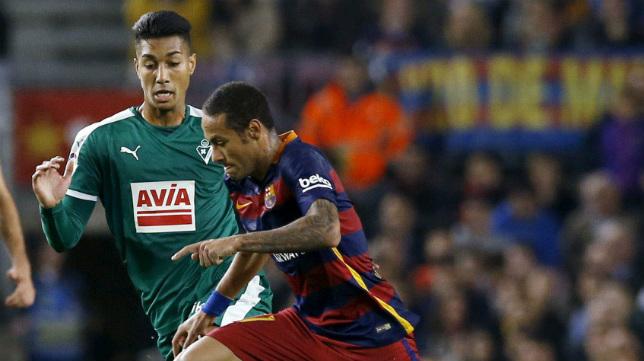 Eddy Silvestre ante Neymar, en un partido con el Eibar.