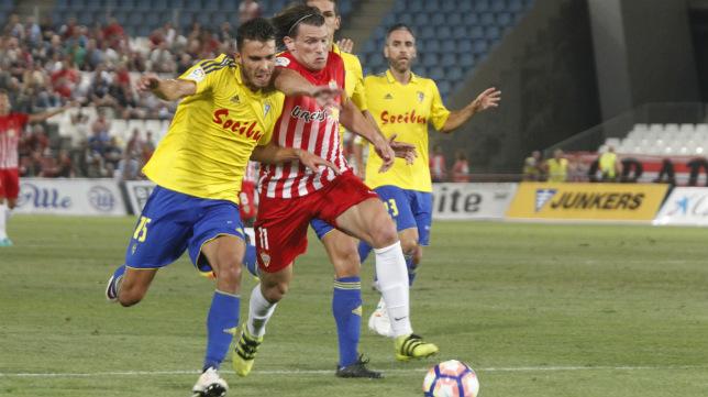 Luis Ruiz forcejea con un contrario ante el Almería en el partido de la primera vuelta.
