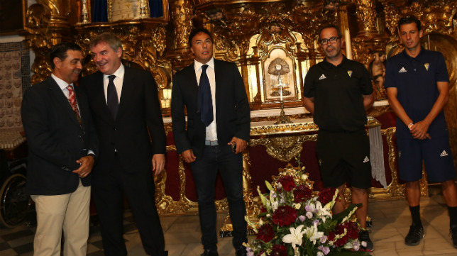 Manuel Vizcaíno bromea con Juan Carlos Cordero a los pies del Nazareno.