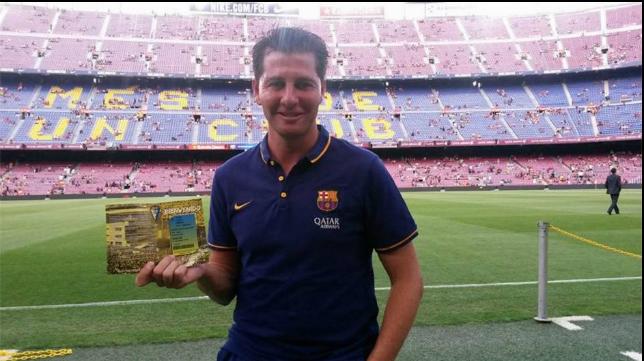 Jesús Casas posa con su carnet del Cádiz CF en el Nou Camp, donde ha trabajado hasta la actualidad.