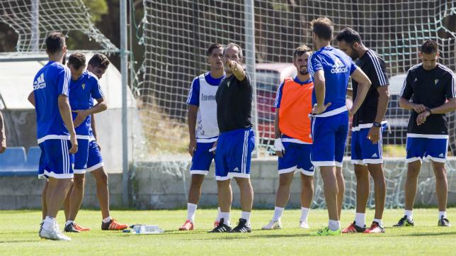 Cervera da instrucciones a sus jugadores durante un entrenamiento en El Rosal.